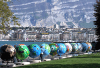 Des globes géants sur les quais à Genève
